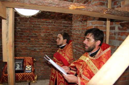Молебний піснеспів на місці будівництва поминальної каплиці